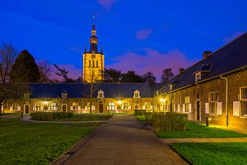Avond op het Begijnhof van Aarschot, België van Bert Beckers