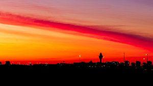 Schiphol bij zonsopkomst van Daan van der Heijden
