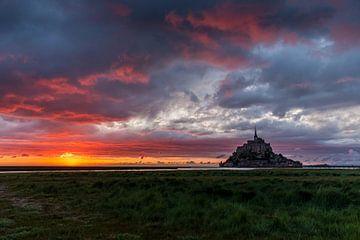 Het schiereiland Mont Saint Michel in Frankrijk bij zonsondergang van Wout Kok
