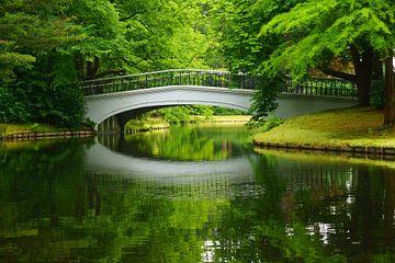 Brug in het park von Michel van Kooten