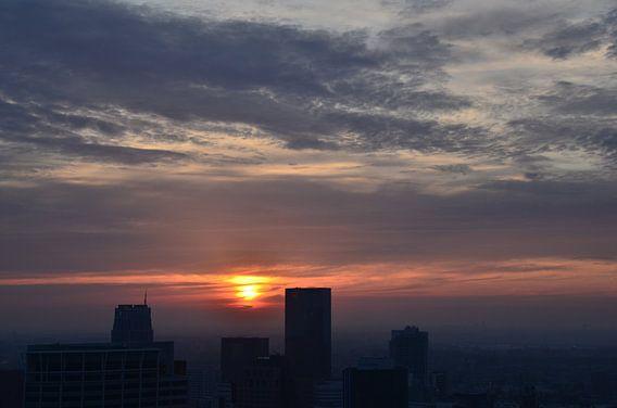 Silhouet Rotterdam Centrum onder ondergaande Zon