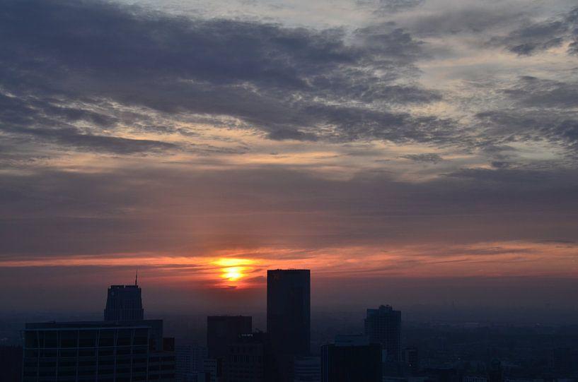 Silhouet Rotterdam Centrum onder ondergaande Zon van Marcel van Duinen