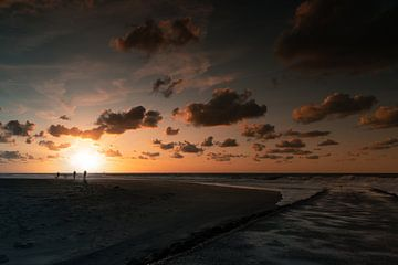 Silhouettes sur la plage sur StephanvdLinde