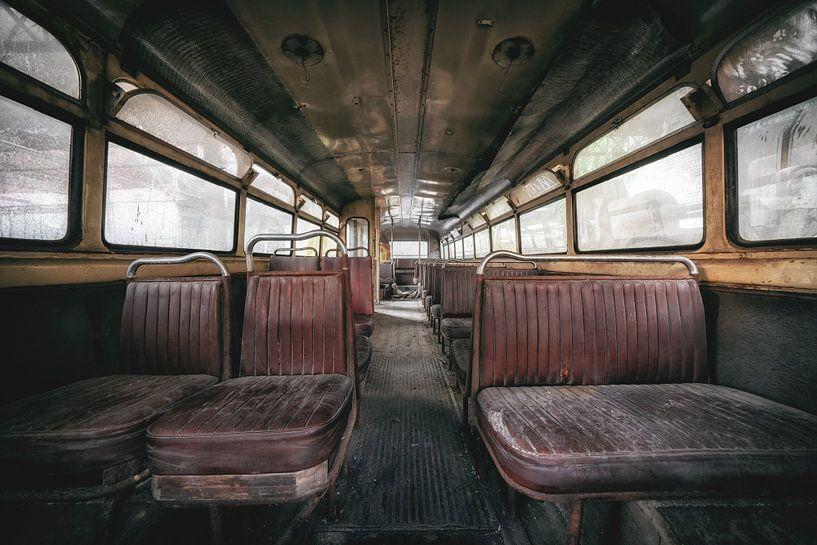 Oud en verlaten, wat is er in de bus gebeurd? van Steven Dijkshoorn