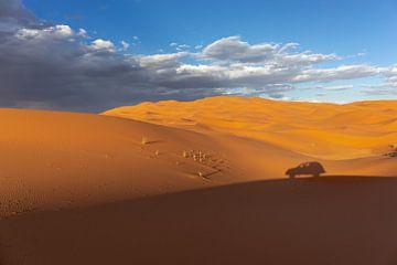 Brede duinen van woestijnzand met zichtbare voetafdrukken van bezoekers van Tjeerd Kruse