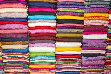 Stapels zijden textiel alle kleuren, Vietnam van Inge Hogenbijl