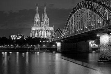 Kölner Dom und Hohenzollernbrücke in schwarz weiß von Martina Weidner
