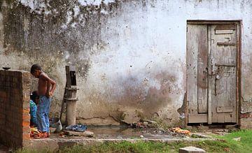 Wäsche waschen auf der Straße von Irma Grotenhuis