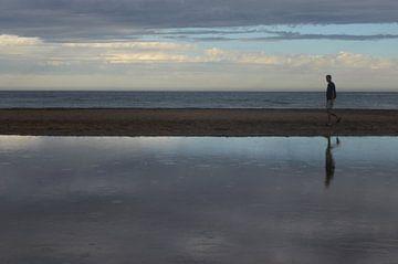 Silhouet op het strand bij ondergaande zon van Ingrid Bargeman