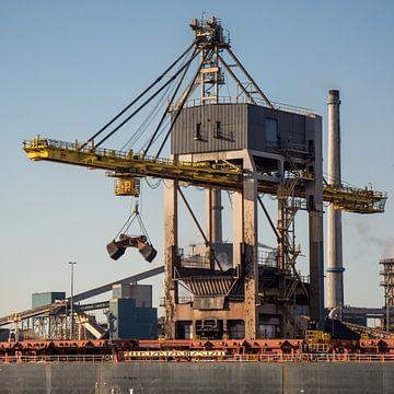 Overslag in beweging van schip naar overslagterminal. van scheepskijkerhavenfotografie