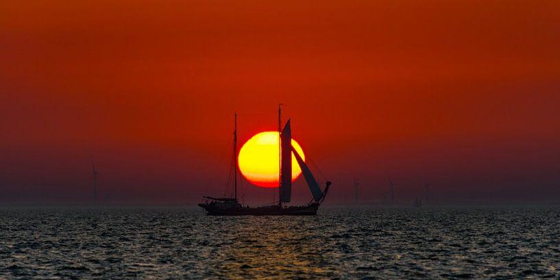 Zonsondergang op het IJsselmeer met een historisch schip als silhouet van Harrie Muis