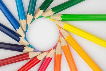 Kleurpotloden in cirkelvorm als achtergrond foto  van Tonko Oosterink