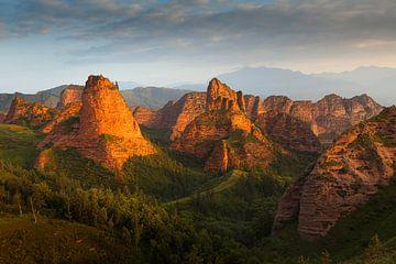 Landschap met rode zandsteen bergen bij zonsopkomst van