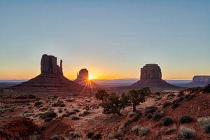 Lever du soleil sur la Monument Valley sur Jürgen Ritterbach