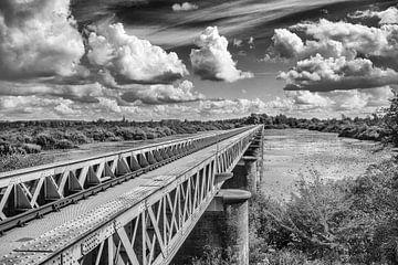 Eisen brucke schwarz und weiß mit Wolken von Hans Vos Fotografie