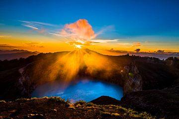 Magische vulkaan Kelimutu van Corrine Ponsen