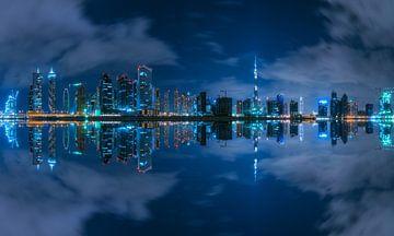 Dubai Business Bay Reflexion bei Nacht von Jean Claude Castor