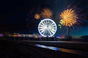 Vuurwerk op de zee bij Scheveningen Pier met reuzenrad van