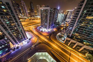 Dubai, nachtfoto met lichtsporen van auto's van