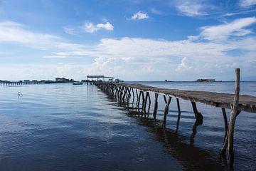 Steiger op zee in Vietnam van Anne Zwagers