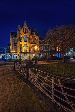 Hotel Molendal in Arnhem tijdens het  blauwe uur staand