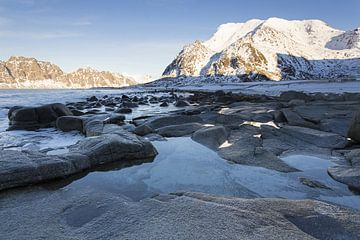 strand van Uttakleiv op de Lofoten van