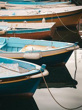 Farbige Fischerboote im Hafen von Procida von Michiel Dros
