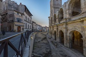 Arena van Arles in het blauwe uur, Provence, Frankrijk van Maarten Hoek