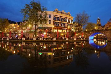 Oudegracht in Utrecht tussen Jansbrug en Bakkerbrug met Domtoren op de achtergrond van