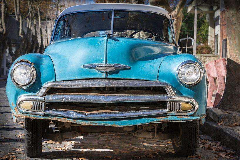 Voorkant van klassieke Chevrolet de Luxe 1952 in de straten van Uruguay van Jan van Dasler
