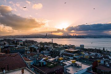 Aya Sofia in Istanbul, Hagia sofia Kerk - Moskee, Turkije bij zonsopkomst over bosporus rivier van John Ozguc