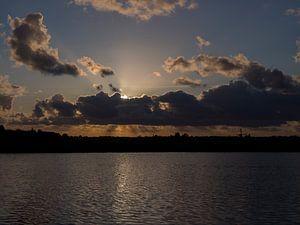 Dramatische zonsondergang aan de waterwegen