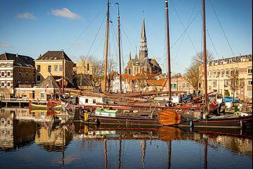 kijk op kerk vanuit  historische haven van Gouda van Mariska Asmus