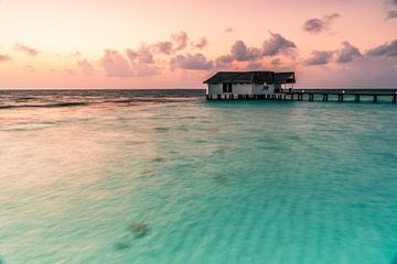 De eenzame bungalow bij zonsopgang van Christian Klös