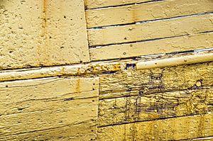 Verweerde gele scheepsromp van