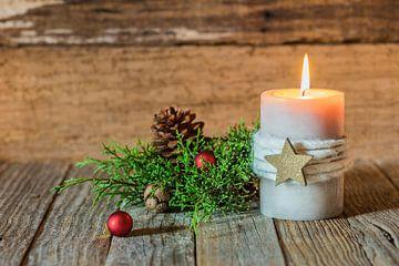 De vlam van de Kerstmis en de Adventskaars met ornamenten en houten achtergrond van Alex Winter