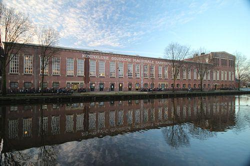 Die alte Fabrik die Garenspinnerij in Gouda mit Reflexion im Wasser von