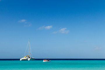 Catamaran bij klein Curacao no. 2 van Arnoud Kunst