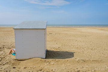 Lezer aan strandcabine op het strand van Johan Vanbockryck