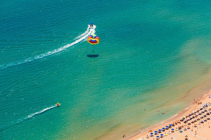 Parasailing op het eiland Rhodos in Griekenland van Werner Dieterich