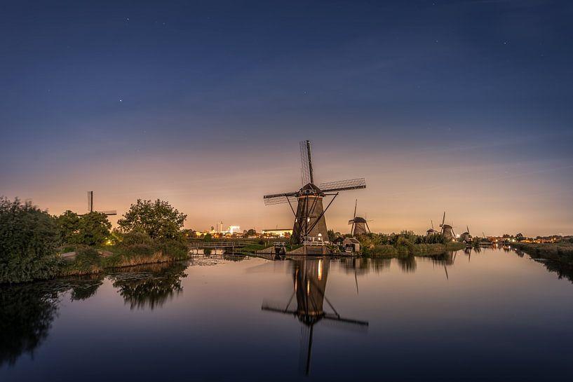 Kinderdijk by night van Michiel Buijse