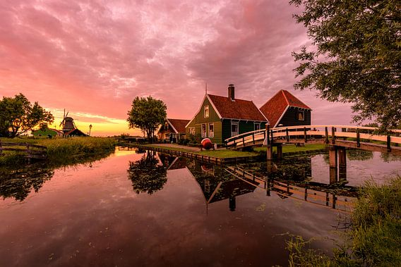 A memorable sunset at the windmill village van Costas Ganasos