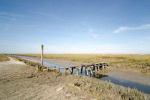 oude en vervallen spoor brug in buitendijks Friesland