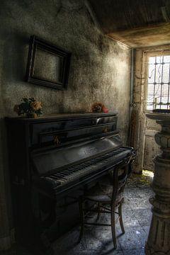 Een piano in een verlaten villa van Melvin Meijer