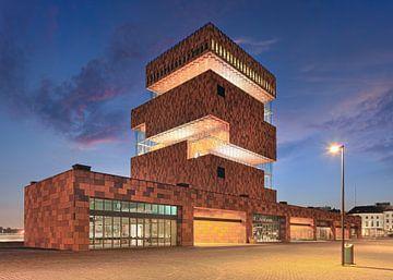 Verlichte MAS Museum bij schemer met geplaveide straat, Antwerpen 2 van Tony Vingerhoets