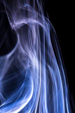 Witte en blauwe rook tegen een zwarte achtergrond van Robert Wiggers