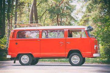 Volkswagen Transporter T2 Van im Wald im Vintage-Look von Sjoerd van der Wal
