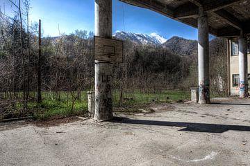 verlaten basketbalveld op een school in italie sur
