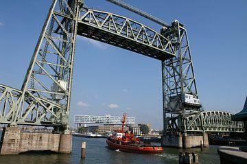 Hefbrug in Rotterdam en een doorkijkje naar het Unilevergebouw von Alice Berkien-van Mil