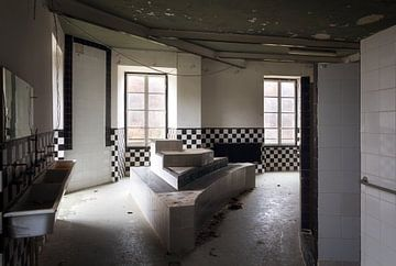 Verlaten Badkamer in een Kasteel. van Roman Robroek